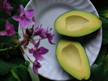 sliced-avocado-on-white-ceramic-plate